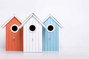 Vogelhäuser in verschiedenen  Farben