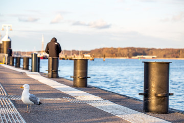 Wartender Mann am Pier am Kieler Hafen