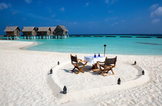 Romantisches Abendessen am Strand der Malediven
