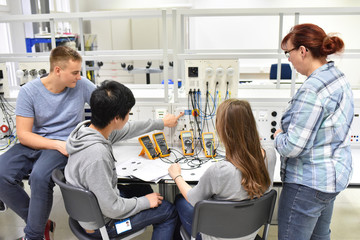 Berufsausbildung Elektronik - Gruppe Jugendliche lernen in der Berufsschule beim Unterricht // student in the classroom - education technology
