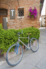 Fototapete - Bicycle in charming street in old town Pienza of Tuscany, Italy,