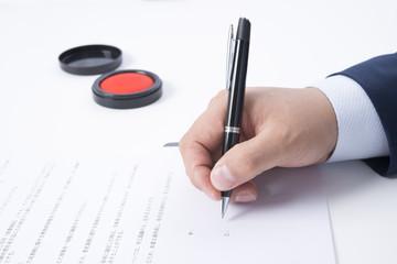 契約書にサインをするビジネスマンの手元