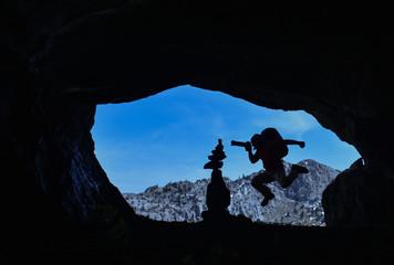 mağarada çılgın fotoğrafçı ve zen taşları