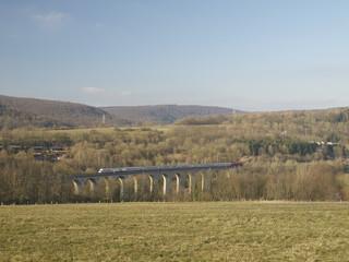 Eisenbahnbrücke überspannt das Tal