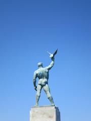 裸の銅像と青空