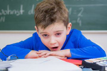 gähnendes kind in der schule