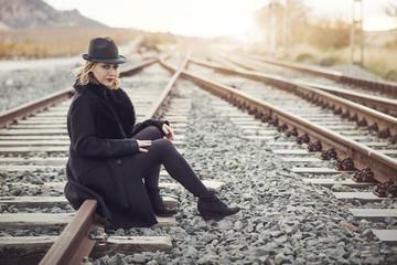 Resultado de imagen de imágenes mujer sentada en la estacion de trenes