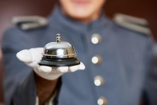 Hotelglocke auf Hand von Concierge