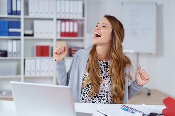 frau im büro freut sich wie verrückt