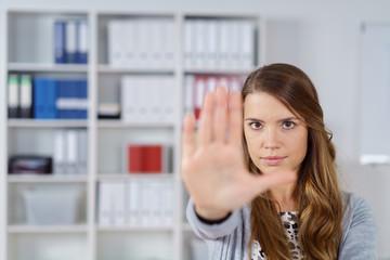 frau im büro zeigt stopp-geste mit der hand
