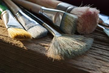 Gebrauchte Pinsel auf Holz / Treibholz Hintergrund