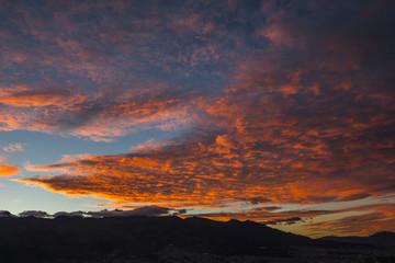 Nubes anaranjadas al atardecer sobre la ciudad de Quito