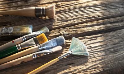 Verschiedene, gebrauchte Pinsel auf Holz / Treibholz Hintergrund