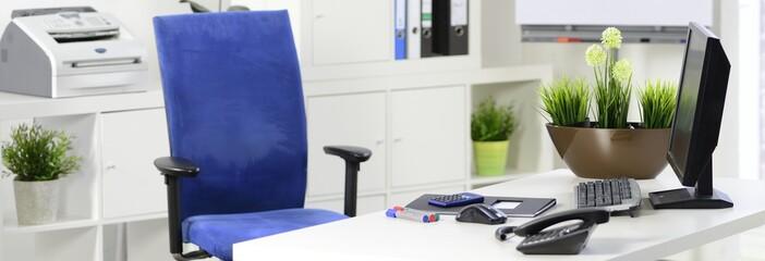 Leerer Schreibtischstuhl am Arbeitsplatz