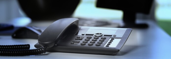 Telefon auf Schreibtisch mit besonderem Lichteinfall