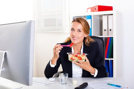 femme qui mange au bureau