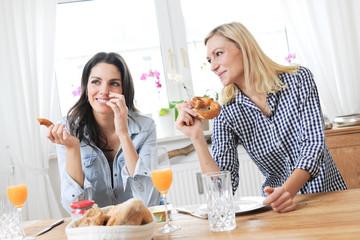 Zwei frauen Beim Frühstück