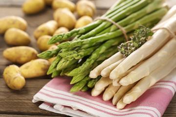 Portion grüner und weißer erntefrischer Stangenspargel