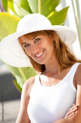 visage de femme de 40 ans au soleil avec un chapeau photo libre de droits sur la banque d. Black Bedroom Furniture Sets. Home Design Ideas