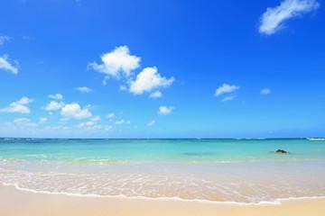 沖縄の美しいビーチとさわやかな空