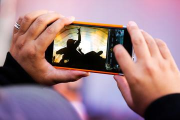 téléphone photo photographier concert musique artiste fan souv