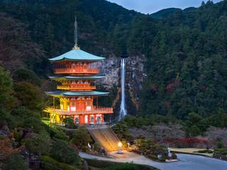 Foto op Aluminium Japan Seigantoji Pagode in Kumano in Wakayama Japan mit Nachi Taisha Falls im Hintergrund