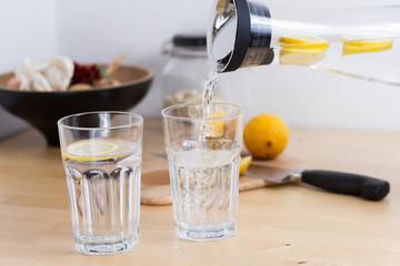 Frisches Zitronenwasser
