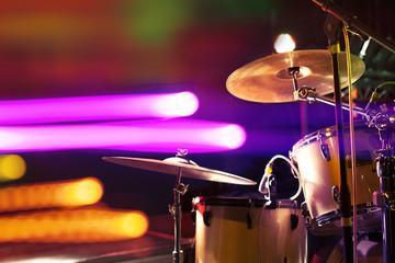 Bateria en el escenario.Musica en directo.Luces de escenario.