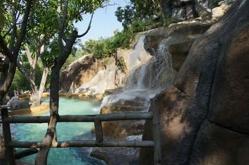 Водопады и бассейн с минеральной водой на спа-курорте в Нячанге, Вьетнам