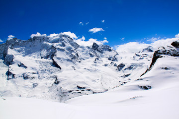 Zimowe moutains ze śniegiem.