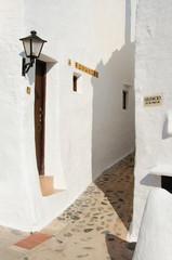Minorca, isole Baleari, Spagna: i vicoli del villaggio di pescatori di Binibeca Vell il 10 luglio 2013. Il villaggio bianco fu progettato dall'architetto spagnolo Antonio Sintes nel 1972
