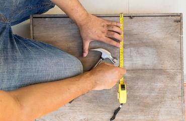 carpenter measure the box for fix