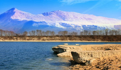 Fototapeta Krajobraz jeziora z górami w tle. obraz