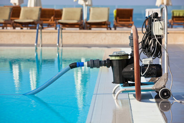 Cleaning pump working with a swimming pool
