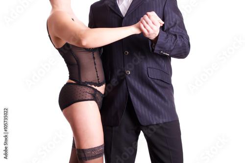 Mann im anzug tanzt