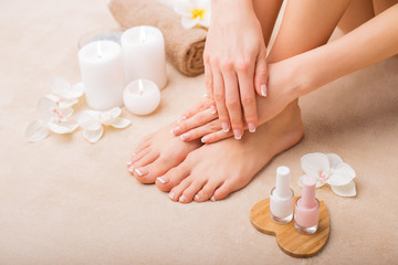 La pose en embrasure Pedicure Women at spa salon after manicure and pedicure