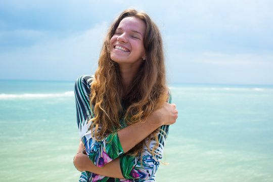 The happy girl, being in tropics, is a lot of seas, grass, trees, warm photo, girl the being at the sea, fashionable zhknshchina, a smile upon the face