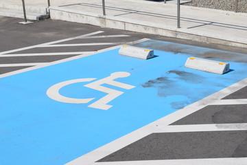 障害者用駐車場/山形県庄内地方で、車椅子マークがペイントされた障害者用駐車場を撮影した写真です。
