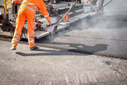 Straßenbau, Asphaltierungsarbeiten für neuen Straßenbelag
