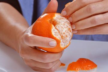 Resultado de imagen para pelando una naranja