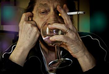 Uomo anziano con sigaretta e bicchiere con fondo colorato.
