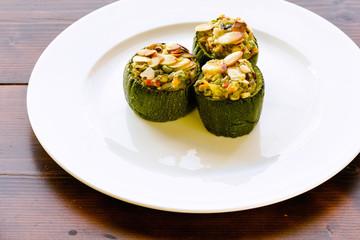 Zucchine ripiene con tofu e verdure croccanti - Cibo Vegano