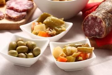 Aperitivo a buffet con olive e salame