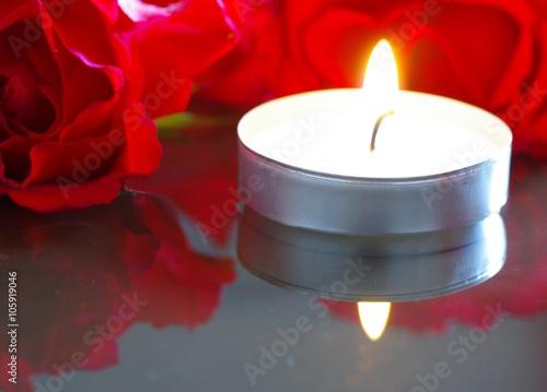 teelicht mit roten rosen stockfotos und lizenzfreie bilder auf bild 105919046. Black Bedroom Furniture Sets. Home Design Ideas