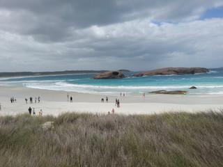Leute am Strand des Great Ocean Drive, Australien