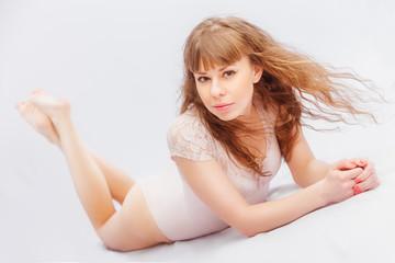 прекрасная дева в белом боди на белом фоне