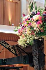 ピアノコンサートのステージ花