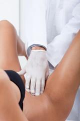 consultation de gynécologie avec palpation du ventre