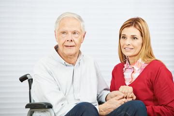 Senior und erwachsene Tochter halten Hände