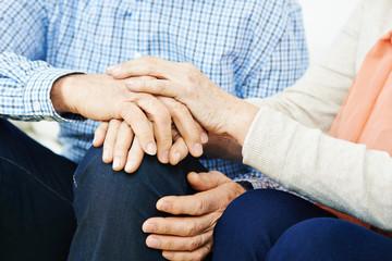 Senioren halten Hände zum Trösten